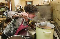 Europe/Europe/France/Midi-Pyrénées/46/Lot/Bach:  Auberge Lou Bourdié, Monique Valette en cuisine préparation de la soupe [Non destiné à un usage publicitaire - Not intended for an advertising use]