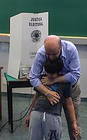 ATENCAO EDITOR FOTO EMBARGADA PARA VEICULO INTERNACIONAL - SAO PAULO, SP, 27 OUTUBRO 2012 - ELEICOES SP - JOSE SERRA - O candidato a prefeitura de Sao Paulo Jose Serra e seu neto de 9 anos Antonio Serra e visto registrando seu voto no Colegio Santa Cruz na regiao oeste da capital paulista neste domingo. FOTO: VANESSA CARVALHO - BRAZIL PHOTO PRESS.