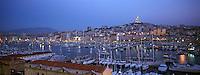 Europe/France/13/Bouches-du-Rhône/ Marseille: le Vieux Port à la tombée de la nuit - à l'arrière plan Notre Dame de la Garde
