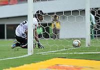 BOGOTA - COLOMBIA - 02-04-2016: Luis Seijas (Fuera de Cuadro), jugador de Independiente Santa Fe anota gol a Alejandro Otero portero de Patriotas FC, durante partido por la fecha 11 entre Independiente Santa Fe y Patriotas FC,  de la Liga Aguila I-2016, en el estadio Nemesio Camacho El Campin de la ciudad de Bogota. / Luis Seijas (Out of Pic), player of Independiente Santa Fe scored a goal to Alejandro Otero, goalkeeper of Patriotas FC, during a match of the date 11 between Independiente Santa Fe and Patriotas FC, for the Liga Aguila I -2016 at the Nemesio Camacho El Campin Stadium in Bogota city, Photo: VizzorImage / Luis Ramirez / Staff.