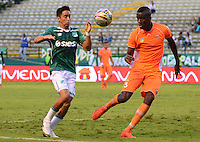 PALMIRA -COLOMBIA-05-11-2016. Fabian Sambueza (Izq) del Deportivo Cali disputa el balón con Jorge Segura (Der) de Envigado FC durante partido por la fecha 19 de la Liga Águila II 2016 jugado en el estadio Palmaseca de Cali./ Deportivo Cali player Fabian Sambueza (L) fights for the ball with Jorge Segura (R) player of Envigado FC during match for the date 14 of the Aguila League II 2016 played at Palmaseca stadium in Cali.  Photo: VizzorImage/ NR /Cont
