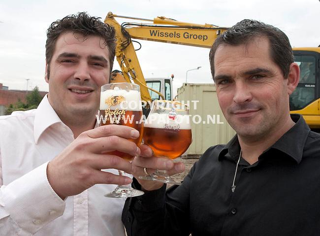 Zutphen 071010 Berjan Zandink(rechts) en Frank Wissel van de Wisselgroep Zutphen sponseren de Zutphense bokbierdagen.<br /> Foto frans Ypma APA-foto
