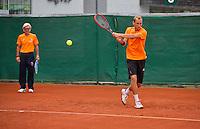 Austria, Kitzbuhel, Juli 14, 2015, Tennis, Davis Cup, Training Dutch team, Thiemo de Bakker with in the background coach Martin Bohm<br /> Photo: Tennisimages/Henk Koster