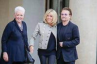 LE CHANTEUR DU GROUPE U2 , BONO , A ETE RECU A L' ELYSEE DANS LE CADRE DE L ' ONG ONE QU ' IL DIRIGE . A GAUCHE GAYLE SMITH PRESIDENTE DE ONE , AU CENTRE BRIGITTE MACRON