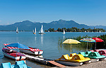 Deutschland, Bayern, Oberbayern, Chiemgau: Blick von Gstadt auf Chiemsee mit Fraueninsel, im Hintergrund die Chiemgauer Alpen mit Hochfelln und Hochgern | Germany, Bavaria, Upper Bavaria, Chiemgau, view from Gstadt across lake Chiemsee with Frauen island, at background Frauen island and Chiemgau Alps with Hochfelln and Hochgern mountains