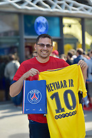 Visual_FANS_OF_NEYMAR_AT_PSG_STORE_1900