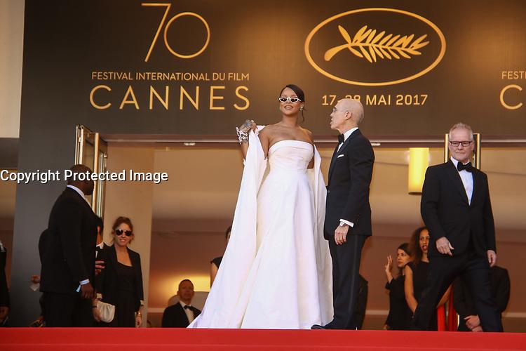 Rihanna et Jeffrey Katzenberg sous le regard de Thierry Fremeaux sur le tapis rouge pour la projection du film en competition OKJA lors du soixante-dixiËme (70Ëme) Festival du Film ‡ Cannes, Palais des Festivals et des Congres, Cannes, Sud de la France, vendredi 19 mai 2017.