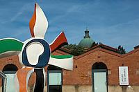 Europe/France/Midi-Pyrénées/31/Haute-Garonne/Toulouse: Les Abattoirs: Musée d'art moderne et contemporain à Toulouse , ces anciens abattoirs de brique  construits au 19e s. par Urbain Vitry, ont été réhabilités pour recevoir le musée d'art moderne et contemporain- En fond le dome de l' hospice Saint Joseph de la Grave