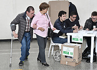 BOGOTA - COLOMBIA, 17-06-2018: Colombianos ejercen su derecho al voto durante la segunda vuelta de las elecciones presidenciales de Colombia 2018 hoy domingo 17 de junio de 2018. El candidato ganador gobernará por un periodo máximo de 4 años fijado entre el 7 de agosto de 2018 y el 7 de agosto de 2022. / Colombians exercise their right to vote during Colombia's second round of 2018 presidential election today Sunday, June 17, 2018. The winning candidate will govern for a maximum period of 4 years fixed between August 7, 2018 and August 7, 2022. Photo: VizzorImage / Gabriel Aponte / Staff