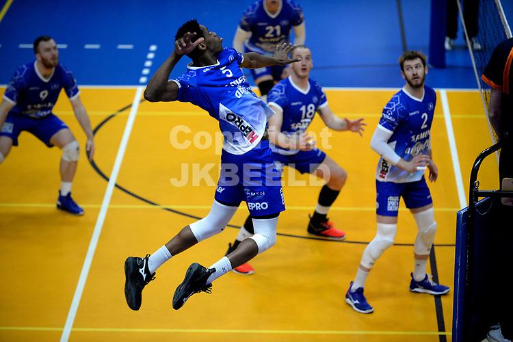 27-03-2021: Volleybal: Amysoft Lycurgus v Draisma Dynamo: Groningen Lycurgus speler Jerome Cross legt aan voor een smash