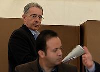 BOGOTÁ -COLOMBIA. 09-03-2014. Álvaro Uribe Vélez, expresidente de Colombia, ejerce su derecho al voto durante las elecciones parlamentarias en Bogotá, Colombia, hoy 9 de marzo de 2014. Los colombianos elegirán por voto directo en las urnas 102 nuevos miembros del Senado de la República, 166 representantes a la Cámara de Representantes y 5 representantes al Parlamento Andino./ Alvaro Uribe Velez, former President of Colombia, exerts his right to vote in the parliamentary elections in Bogota, Colombia, today March 9, 2014. Colombians will elect by direct vote at the polls 102 new members of the Senate, 166 representatives to the House of Representatives and five representatives to the Andean Parliament. Photo: VizzorImage/ Gabriel Aponte / Staff