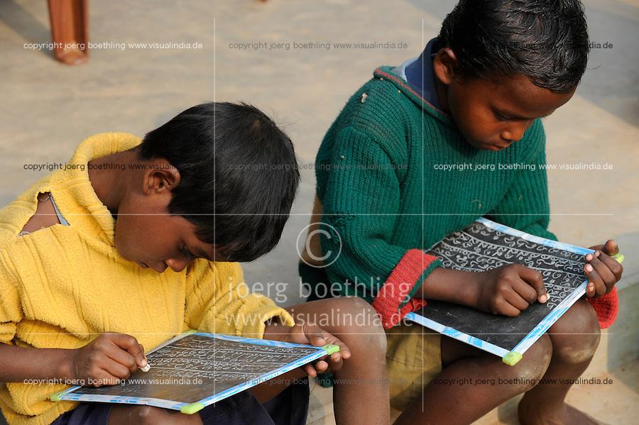 INDIA Westbengal, village school for Dalit and Adivasi children in village Sukna / INDIEN Westbengalen , Bildung  fuer Adivasi und Dalits , Dorfschule im Dorf Sukna