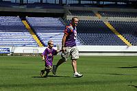 Ralf Kleinmann läuft mit Sohn Tom in die Commerzbank Arena ein