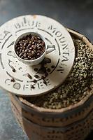 Gastronomie Générale: Le Jamaica Blue Mountain est un type de café obtenu à partir de caféiers cultivés dans les Blue Mountains, en Jamaïque.<br /> Grains de café vert et café torréfié - Stylisme : Valérie LHOMME