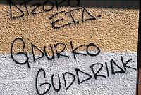 baskische Parolen an Hauswand, Guernica, Baskenland (Euskadi), Spanien