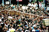 Promesseiros carregam a corda em pagamento as promessas feitas a Nossa Senhora de Nazaré no decorrer da procissão que ocorre a mais de 200 anos em Belém. As estimativas são de mais de 1.500.000 pessoas acompanhem à procissão.<br />08/10/2000<br />©Foto: Paulo Santos/Interfoto.
