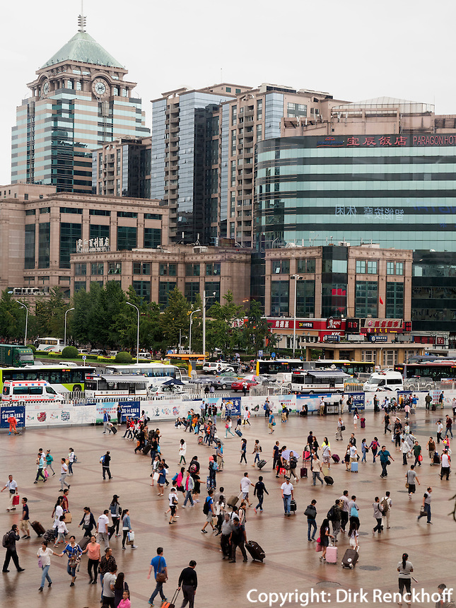 Vor dem Hauptbahnhof in Peking, China, Asien<br /> in front of central station , Beijing, China, Asia