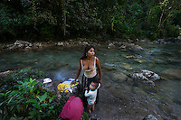 25 noviembre 2014.  <br /> Alicia Yat, de 22 años, necessita el agua del río Canlinch para sobrevivir torque no tine ague en casa.  <br /> La llegada de algunas compañías extranjeras a América Latina ha provocado abusos a los derechos de las poblaciones indígenas y represión a su defensa del medio ambiente. En Santa Cruz de Barillas, Guatemala, el proyecto de la hidroeléctrica española Ecoener ha desatado crímenes, violentos disturbios, la declaración del estado de sitio por parte del ejército y la encarcelación de una decena de activistas contrarios a los planes de la empresa. Un grupo de indígenas mayas, en su mayoría mujeres, mantiene cortado un camino y ha instalado un campamento de resistencia para que las máquinas de la empresa no puedan entrar a trabajar. La persecución ha provocado además que algunos ecologistas, con órdenes de busca y captura, hayan tenido que esconderse durante meses en la selva guatemalteca.<br /> <br /> En Cobán, también en Guatemala, la hidroeléctrica Renace se ha instalado con amenazas a la población y falsas promesas de desarrollo para la zona. Como en Santa Cruz de Barillas, el proyecto ha dividido y provocado enfrentamientos entre la población. La empresa ha cortado el acceso al río para miles de personas y no ha respetado la estrecha relación de los indígenas mayas con la naturaleza. © Calamar2/Pedro ARMESTRE<br /> <br /> Alicia Yat, 22 years old, needs the water of the river Canlinch (Coban, Guatemala) to survive. She has no water at home. But the hydroelectric Renace wants to cut off the access to the river because the company needs it for its expansion. Alicia has two children: Yoselin Yesenia Cu Cuz, three years old, and Neimar Jefferson, two years old, on november 25, 2014. The arrival of foreign companies to Latin America has provoked abuses of the rights of indigenous people and repression of their defense of the environment. In Santa Cruz de Barillas, Guatemala, the project of the Spanish hydroelectric Ecoener has caused mu