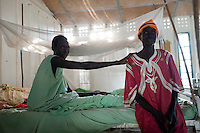 Afrika SUED-SUDAN  Bahr el Ghazal region , Lakes State, Mary Immaculate DOR Hospital der Comboni Missionare im Dinka Dorf Mapuordit , Mary Alek, 40 Jahre alt, aus Rumbek wird wegen Malaria behandelt /.Africa SOUTH SUDAN  Bahr al Ghazal region , Lakes State, hospital of Comboni Missionaries in village Mapuordit, women are treated of malaria