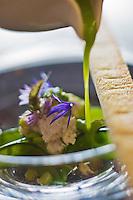 Europe/France/Rhône-Alpes/74/Haute-Savoie/Annecy: Consommé de petit pois glacé, sérac de chèvre, recette de  Stéphane Dattrino, restaurant: L'Esquisse, 21, rue Royale.