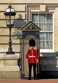 England, London: Wachposten vorm Buckingham Palace | United Kingdom, London: Guard at Buckingham Palace
