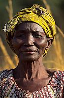 Afrique/Afrique de l'Ouest/Sénégal/Parc National de Basse-Casamance/Niambalal : Portrait d'une paysanne coupant la paille pour faire le toit des cases