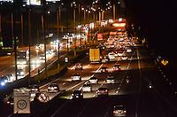 ATENCAO EDITOR: FOTO EMBARGADA PARA VEICULOS INTERNACIONAIS. SAO PAULO, SP, 14 DE NOVEMBRO DE 2012 - Transito intenso pesado na Rodovia Anchieta, altura do Km 18, saida para o feriado, na noite desta quarta feira, 14. FOTO: ALEXANDRE MOREIRA - BRAZIL PHOTO PRESS.