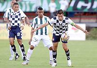 MEDELLÍN -COLOMBIA, 27-09-2015: Yulian Mejia (Izq) jugador de Atlético Nacional disputa el balón con Juan Maecha (Der) jugador de Boyacá Chicó FC durante partido por la fecha 14 de la Liga Aguila I 2015 jugado en el estadio Atanasio Girardot de la ciudad de Medellín./ Yulian Mejia (L) player of Atletico Nacional  fights for the ball with Juan Maecha (R) player of Boyaca Chico FC during the match for the  date 14 of the Aguila League I 2015 at Atanasio Girardot stadium in Medellin city. Photo: VizzorImage/León Monsalve/STR