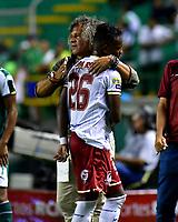 PALMIRA - COLOMBIA, 23-09-2018: Alberto Gamero (Izq.), técnico de Deportes Tolima, celebra con Jáder Obrian (Der.), jugador,  durante partido de la fecha 11 entre Deportivo Cali y Deportes Tolima, por la Liga Aguila II 2018, jugado en el estadio Deportivo Cali (Palmaseca) de la ciudad de Cali. / Alberto Gamero (L), coach of Deportes Tolima, celebrates with Jáder Obrian (R) player, during a match of the date 11th between Deportivo Cali and Deportes Tolima, for the Liga Aguila II 2018 at the Deportivo Cali (Palmaseca) stadium in Cali city. Photo: VizzorImage  / Nelson Rios / Cont.