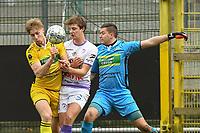 RC HARELBEKE - SCT MENEN :<br /> Charles Noppe (M) in duel met doelmand Benoit Degruyter (R) en Dirk Jan Dewaegemaeker (L)<br /> <br /> Foto VDB / Bart Vandenbroucke