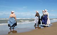 Nederland Katwijk. Een dagje naar het strand. Noordzee Zomerfestival. Nationaal Klederdracht Festival. Mensen in klederdracht uit Scheveningen. Foto Berlinda van Dam / Hollandse Hoogte