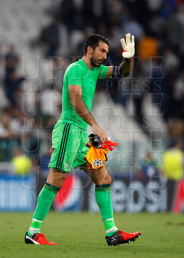 Calcio, Champions League: Juventus vs Siviglia: Torino, Juventus Stadium, 14 settembre 2016. <br /> Juventus' goalkeeper Gianluigi Buffon waves to fans at the end of the Champions League Group H football match between Juventus and Sevilla at Turin's Juventus Stadium, 16 September 2016. The game ended 0-0.<br /> UPDATE IMAGES PRESS/Isabella Bonotto
