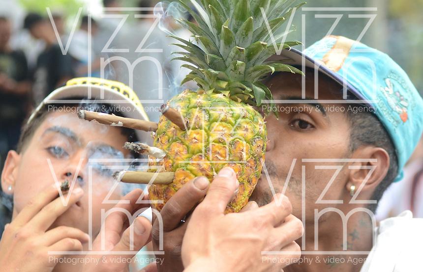MEDELLÍN - COLOMBIA, 02-05-2015. Un hombre fuma cigarrillos de marihuana a través de una piña durante la Séptima Marcha Mundial de La marihuana hoy 02 de mayo de 2015 en la ciudad de Medellín, Colombia./ A man smokes a cigarrettes of marijuana through a pineapple during the 7ª World March of Marijuana today May 2 of 2015 in Medellin City. Photo: VizzorImage/ León Monsalve /Cont