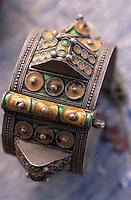 Afrique/Maghreb/Maroc/Essaouira : Dans le souk; détail bijoux berbères (Galerie Tata, 202 marché aux grains)