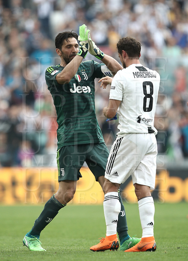 Calcio, Serie A: Juventus - Hellas Verona, Torino, Allianz Stadium, 19 maggio, 2018.<br /> Juventus' Captain and goalkeeper Gianluigi Buffon (l) greets his teammate Claudio Marchisio (r) as he is substituted off during the during the Italian Serie A football match between Juventus and Hellas Verona at Torino's Allianz stadium, 19 May, 2018.<br /> Juventus won their 34th Serie A title (scudetto) and seventh in succession.<br /> Gianluigi Buffon played his last match with Juventus today after 17 years.<br /> UPDATE IMAGES PRESS/Isabella Bonotto