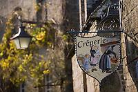 Europe/France/Bretagne/29/Finistère/Locronan: détail des maisons renaissance en granit-  enseigne d'une crêperie