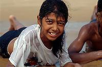 Badegäste am Strand von Calangute, Goa, Indien
