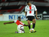 BOGOTA - COLOMBIA - 24-04-2016: Carlos Rivas (Izq.) jugador de Independiente Santa Fe disputa el balón con Edwin Velasco (Der.) jugador de Cortulua, durante partido por la fecha 6 entre Independiente Santa Fe y Cortulua, de la Liga Aguila I-2016, en el estadio Nemesio Camacho El Campin de la ciudad de Bogota.  / Carlos Rivas (L) player of Independiente Santa Fe struggles for the ball with Edwin Velasco (R) player of Cortulua, during a match of the 6 date between Independiente Santa Fe and Cortulua, for the Liga Aguila I -2016 at the Nemesio Camacho El Campin Stadium in Bogota city, Photo: VizzorImage / Luis Ramirez / Staff.