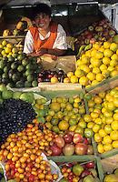 Amérique/Amérique du Sud/Pérou/Arequipa : Marchande de fruits - Etal de fruits exotiques