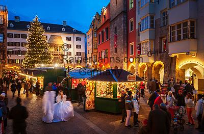 Oesterreich, Tirol, Innsbruck: Christkindlmarkt in der Altstadt vor dem Goldenen Dachl   Austria, Tyrol, Innsbruck: Christmas Market in front of the Golden Roof