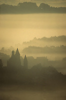 Europe/France/Limousin/19/Corrèze/Collonges-la-Rouge : Le village et l'église sous la brume