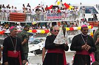Centenas de embarcações navegam pela baia de Guajará, foz do rio Amazonas, durante a romaria fluvial em homenagem a  Nossa Senhora de Nazaré. Os mais diversos tipos de barcos, desde pequenas canoas , navios de passageiros e balsas, seguem a imagem da santa as vesperas da maior procissão católica do Brasil, que acontece na manhã deste domingo 08/10/2017 na capital do estado do Pará.  <br /> <br /> Hundreds of boats sail by the Guajará Bay, the mouth of the Amazon River, during the River Festival in honor of our Lady of Nazareth. Different types of boats, from small canoes, passenger ships and ferries, follow the image of the Saint the eve of Brazil's largest Catholic procession, which takes place on Sunday morning 08/10/2017 in the capital of the State of Pará.   <br /> <br /> Belém, Pará, Brasil <br /> 07/10/2017