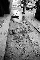 Milano, asfaltatura di un marciapiede in via Savona --- Milan, asphalting a sidewalk in Savona street