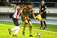 BARRANQUIILLA - COLOMBIA, 02-11-2017: Luis  Diaz (Izq) del Atlético Junior de Colombia disputa el balón con Thomas (Der) jugador de Sport Recife de Brasil durante partido de vuelta por los cuartos de final, llave 3, de la Copa CONMEBOL Sudamericana 2017  jugado en el estadio Metropolitano Roberto Meléndez de la ciudad de Barranquilla. / Luis Diaz (L) player of Atlético Junior of Colombia struggles the ball with Thomas (R) player of Sport Recife of Brazil during second leg match for the final quarters, key 3, of the Copa CONMEBOL Sudamericana 2017played at Metropolitano Roberto Melendez stadium in Barranquilla city.  Photo: VizzorImage/ Alfonso Cervantes / Cont