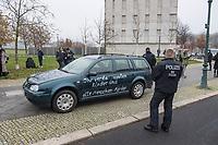 """Ein 52jaehriger Mann aus Nordrhein-Westfalen fuhr am Mittwoch den 25. November 2020 mit seinem Auto gegen das Tor vor dem Bundeskanzleramt. Auf sein Fahrzeug hatte er die Parolen """"Stop der Globalisierungspolitik"""" und """"Ihr verdammten Kinder und alte Menschen-Moerder"""" geschrieben. In seinem Fahrzeug lag der Ausdruck eines Artikels aus der FPOe-nahen Zeitung """"Wochenblick"""" in dem es um die ungeklaerte Todesursache einer 13jaehrigen Maskentraegerin geht.<br /> Der Mann wurde von der Polizei festgenommen und nach einer medizinischen Untersuchung vor Ort von Rettungssanitaetern weggefahren.<br /> Ob es sich um einen politisch motivierten Anschlag handelt wird von der Polizei ermittelt.<br /> 25.11.2020, Berlin<br /> Copyright: Christian-Ditsch.de"""