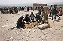 Iran 1991 Distribution of food for the Iraqi Kurdish refugees after crossing the border<br /> Iran1991 Distribution de nourriture aux Kurdes irakiens apres le passage de la frontière