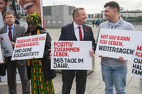 """Vorstellung der Kampagne """"Positiv zusammen leben"""" zum Welt-Aids-Tag am 1. Dezember 2017 in Berlin.<br /> Am Donnerstag den 26. Oktober 2017 stellten die Deutsche Aids-Hilfe, die Deutsche Aids-Stiftung, die Bundeszentrale fuer gesundheitliche Aufklaerung (BZgA) und das Bundesministeriums fuer Gesundheit in Berlin die diesjaehrige Informationskampagne zum Welt-AIDS-Tag am 1. Dezember 2017 vor. Unter dem Motto """"Positiv zusammen leben"""" werden im Bundesgebiet Plakate zum Thema aufgehaengt und ueber die Moeglichkeiten mit HIV zu leben informiert.<br /> Im Bild: Bundesgesundheitsminister Hermann Groehe (Bildmitte) mit Aktivisten der Kampagne.<br /> 26.10.2017, Berlin<br /> Copyright: Christian-Ditsch.de<br /> [Inhaltsveraendernde Manipulation des Fotos nur nach ausdruecklicher Genehmigung des Fotografen. Vereinbarungen ueber Abtretung von Persoenlichkeitsrechten/Model Release der abgebildeten Person/Personen liegen nicht vor. NO MODEL RELEASE! Nur fuer Redaktionelle Zwecke. Don't publish without copyright Christian-Ditsch.de, Veroeffentlichung nur mit Fotografennennung, sowie gegen Honorar, MwSt. und Beleg. Konto: I N G - D i B a, IBAN DE58500105175400192269, BIC INGDDEFFXXX, Kontakt: post@christian-ditsch.de<br /> Bei der Bearbeitung der Dateiinformationen darf die Urheberkennzeichnung in den EXIF- und  IPTC-Daten nicht entfernt werden, diese sind in digitalen Medien nach §95c UrhG rechtlich geschuetzt. Der Urhebervermerk wird gemaess §13 UrhG verlangt.]"""