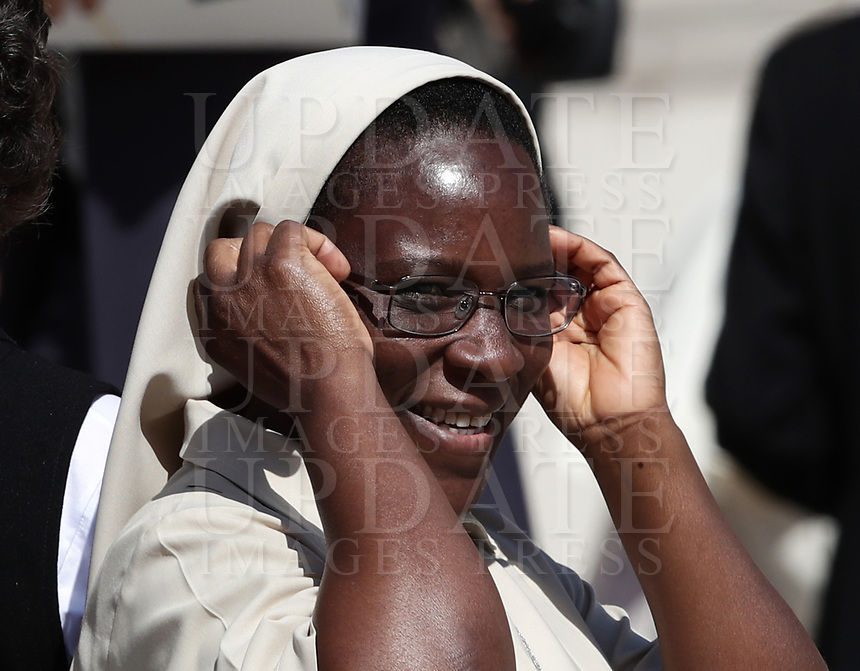 Una suora sorride durante l'udienza generale del mercoledi' in Piazza San Pietro, Citta' del Vaticano, 11 settembre, 2019.<br /> A nun smiles during Pope Francis' weekly general audience in St. Peter's Square at the Vatican, on September 11, 2019.<br /> UPDATE IMAGES PRESS/Isabella Bonotto<br /> <br /> STRICTLY ONLY FOR EDITORIAL USE