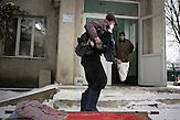 Einlieferung eines Notfalls, der Mann, der nach seinem<br />Zusammenbruch im örtlichen psychiatrischen Krankenhaus hierher<br />transportiert wurde. Die Bahre liegt noch im Schnee, auf ihr noch<br />die Überkleidung, die man ihm noch draußen trotz der Kälte<br />ausgezogen hat, um sie zu desinfizieren. // Moldova is still the poorest country of Europe. Hopes to join the European Union are high. After progress in the past years tuberculosis is on the rise again. The number of new patients raise since 2010 and is on a level that has not been reached since the late 90s.
