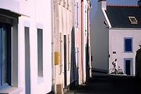 Europe/France/Bretagne/56/Morbihan/Belle-île/Sauzon: Promeneurs à vélo et maisons rue Willamez